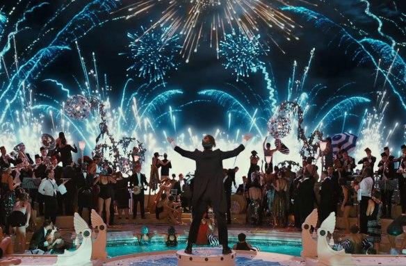 Fogos de artifício, bebidas, música, tudo embala os convidados (ou melhor falar, não-convidados) de Jay Gatsby, na adaptação de 2013. Fonte: Omelete Uol